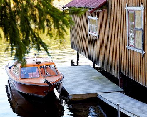 70-talsbåten Ida ligger förtöjd vid båthuset.
