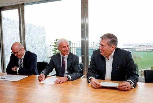 Bernhard Maier (Skoda), Matthias Müller (Volkswagen) och Guenter Butschek (Tata) tecknar avtal i Genève.