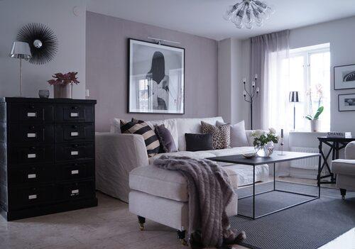 Att placera möbler mot väggen ger en känsla av trygghet. Även valet av gardiner kan påverka stämningen i ett rum.