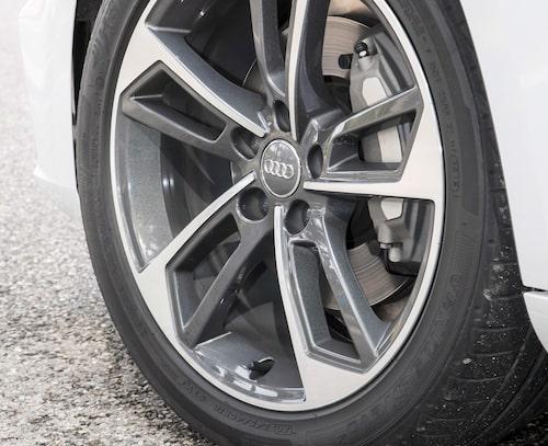 16 tums lättmetallfälgar är standardutrustning men många kommer att välja större hjul.