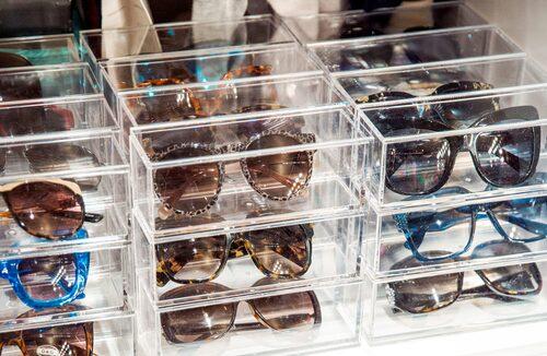 Var sak har sin plats – alla solglasögon är noggrant sorterade i plexiglasboxar.