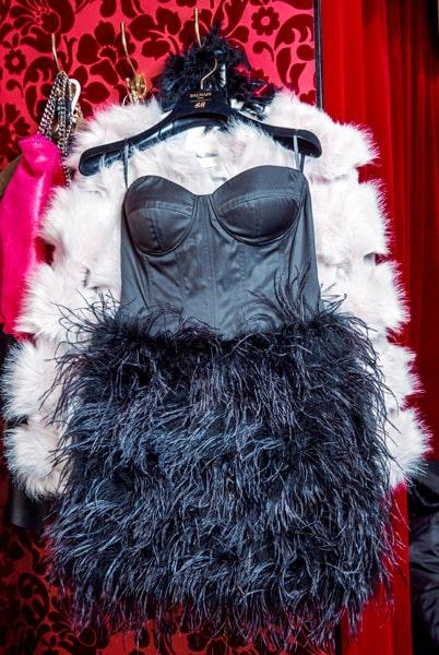 Fjäderklänningen hade Camilla på sig första gången hon träffade Simon. Hon firade 10 år som författare och han stod i dörren med bar överkropp!