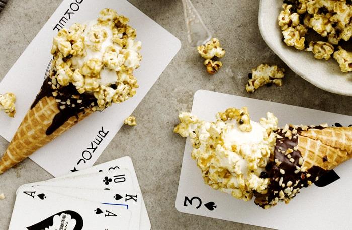Glass och popcorn i en och samma efterrätt. Kan det bli bättre?