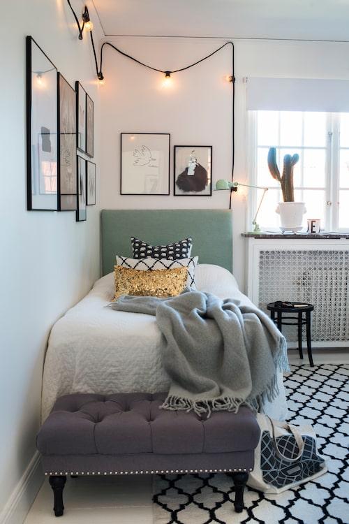 I dottern Ebbas sovrum en sängram från Made by Märtha, pall, Åhléns, kuddar från Svenskt tenn, Chhatwal&Jonsson och Bluebell, pläd från Stackelbergs. I fönstret en wwampa.