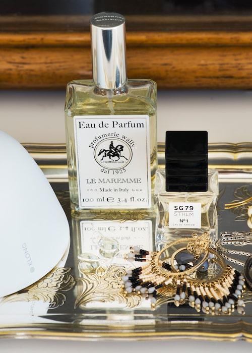 På silverbrickan i sovrummet samsas Susannes parfymer med favoritörhängena.