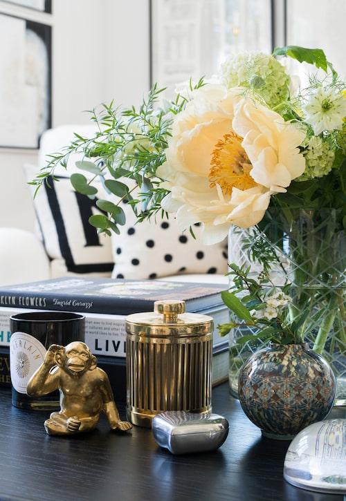 På soffbordet från Oscar&Clothilde har Susanne skapat ett av sina stilleben med böcker och bukett tillsammans med bland annat ett tennhjärta och andra fina ting.