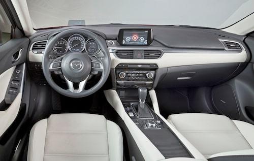 Nystädad interiör med drag av Mazda 3. Elektrisk handbroms är nytt 2015.