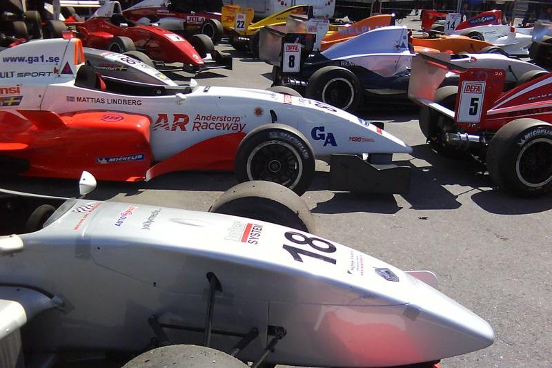 Hela 19 bilar på startfältet.
