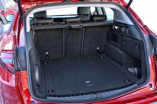 Bagageutrymmet är stort nog, till och med så rymligt att Alfa Romeo skippar en SW-kombiversion av Giulia.