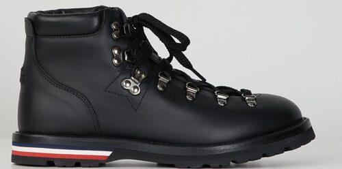 Hikerinspirerade kängor från Moncler med märkets klassiska färger som detalj. Klicka på bilden och kom direkt till skorna.