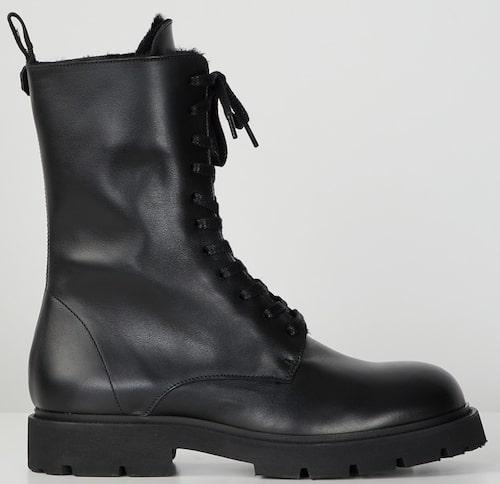 Grova kängor från Filippa K med högt skaft i slitstarkt skinn och rejäl gummisula. Klicka på bilden och kom direkt till skorna.