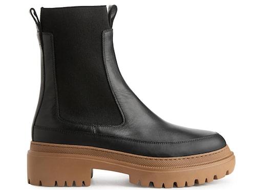 Uppdaterade chelseaboots från Arket med rejäl rågummisula. Klicka på bilden och kom direkt till skorna.