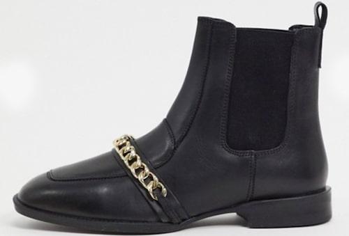Skinnskor från Asos Design med snygg kedjedetalj. Klicka på bilden och kom direkt till skorna.