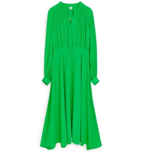 Långärmad, grön maxiklänning från Arket.