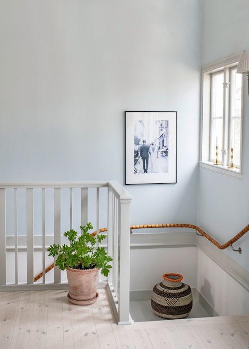 """Cathy förälskade sig direkt i husets trappräcke. """"Klart att det inte var ekonomiskt att göra detta räcke, man kunde ha gjort det slätt, men på den tiden fick hantverket ta tid och det är så vackert."""""""