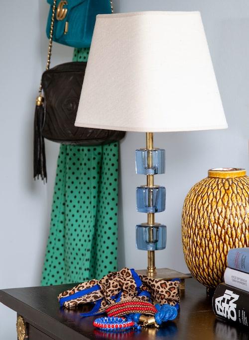 Sängbord från Bukowskis, lampa från loppis och vas av Gunnar Nylund.