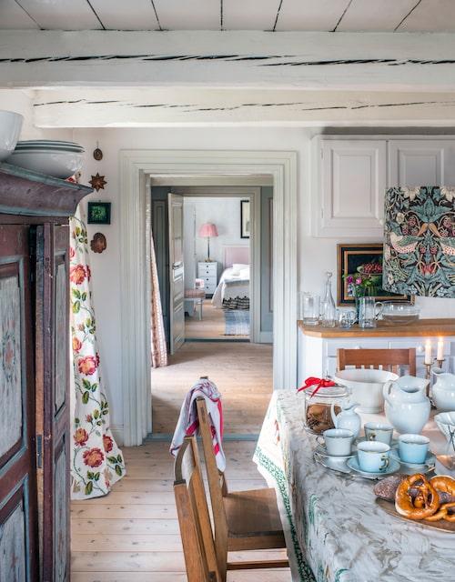 Vy från köket på bottenvåningen mot gästsovrummet som ligger i anslutning till vardagsrummet. Det blottade gamla tak