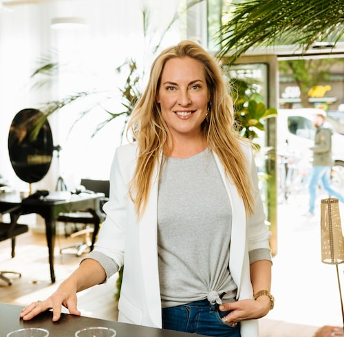 Corinne Henriksson drev den framgångsrika frisörsalongen Corinne & Friends i Stockholm under många år. Idag arbetar hon främst med sitt håraccessoarsmärke Corinne.