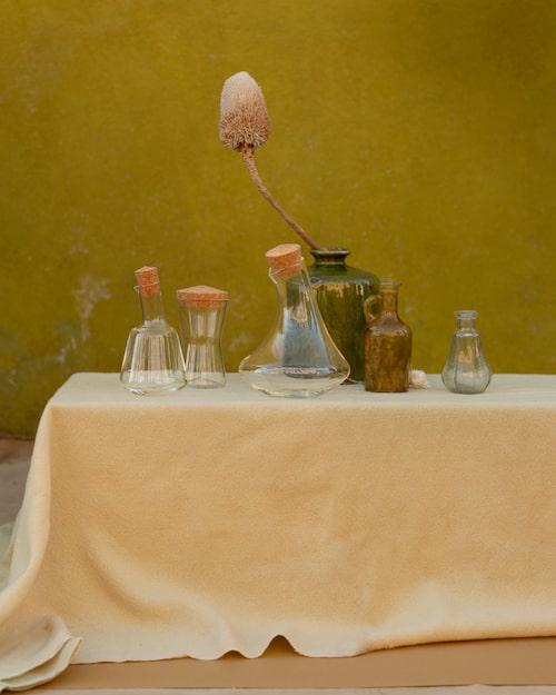 Oljekanna, karaff och burk i glas med lock av kork.