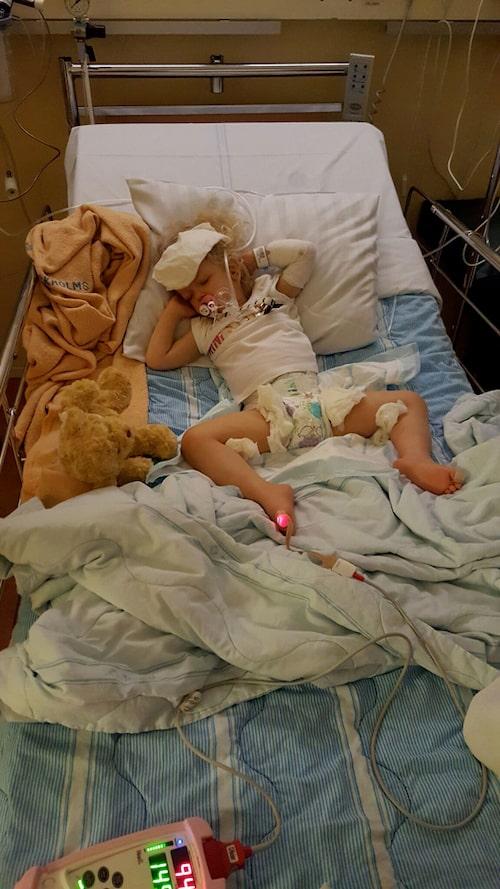 """Förra hösten var Chloe inlagd en hel vecka på sjukhus på grund av uttorkning efter en RS-virusinflammation. """"När Chloe blir sjuk slutar hon äta och dricka så då kan det gå fort utför. Därför måste vi tvinga i henne vatten med en speciell flaska så fort hon visar tecken på förkylning eller förstoppning"""", berättar mamma Sara."""