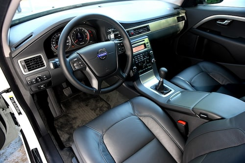 Ny ratt är årets nyhet interiört i Volvo V70. DRIVe-modellen får elservo i ivern att spara bränsle. Känslan är tillräcklig, men inte lika bra som vi vant oss vid i V70.