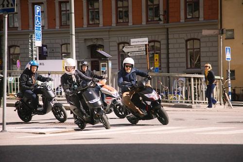 Män i grupp men inte på mullrande motorcyklar.
