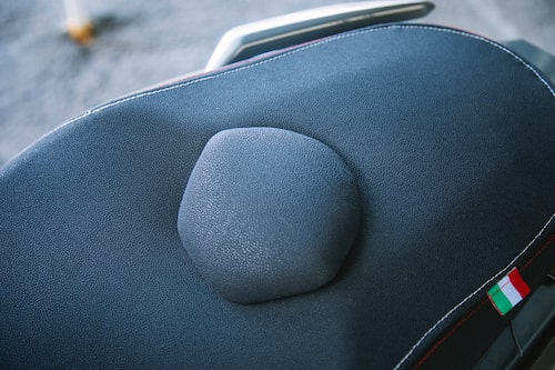 Knölen mitt på Viarelli Potenzas sadel är toppen. När man är två på moppen, inte annars.