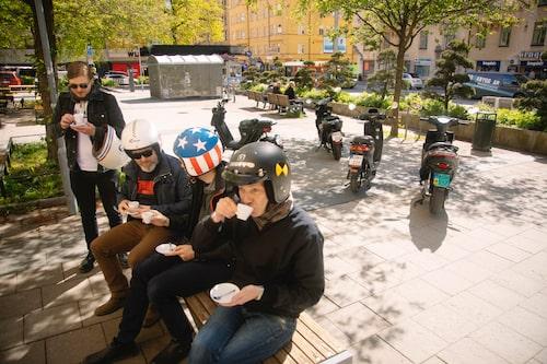 Knappast caféracers men att fika är förarnas paradgren.