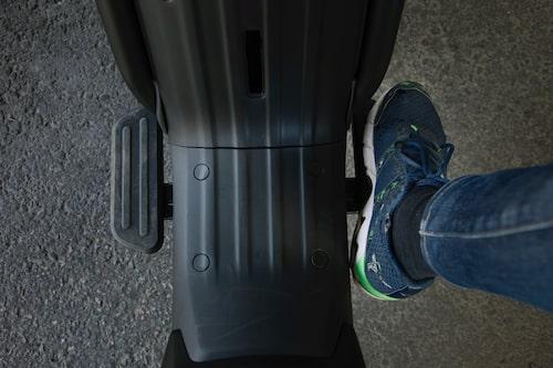 Niu UQi GT Sport är till skillnad från de övriga ingen renodlad skoter men har rejäla fotplattor.