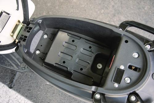Viarelli Piccolo överraskar med ett utrymme under sadeln, om än lågt, plus extra lås till batteriet.