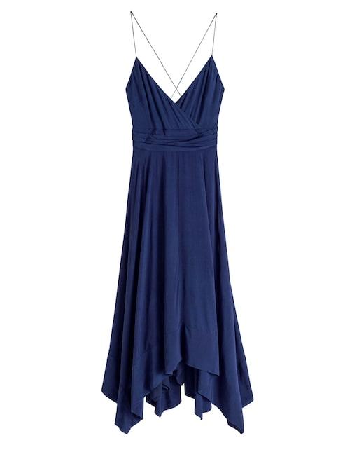Midnattsblå klänning med tunna band.
