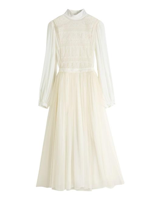 Romantisk klänning i cremevitt och långa ärmar.
