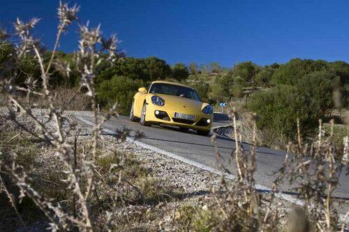 """Porsche Cayman  är inte så mycket """"lillebror"""" som den har varit. Lättare och nästan lika stark som Porsche 911 Carrera är den en fröjd att köra…"""