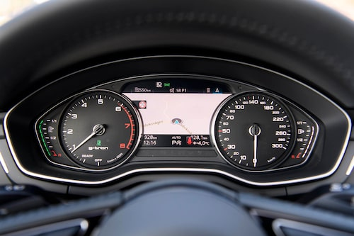 Bilen har två tankmätare. Till vänster i displayen återfinns mätaren för gastankarna, till höger läser du av bensintankens innehåll.