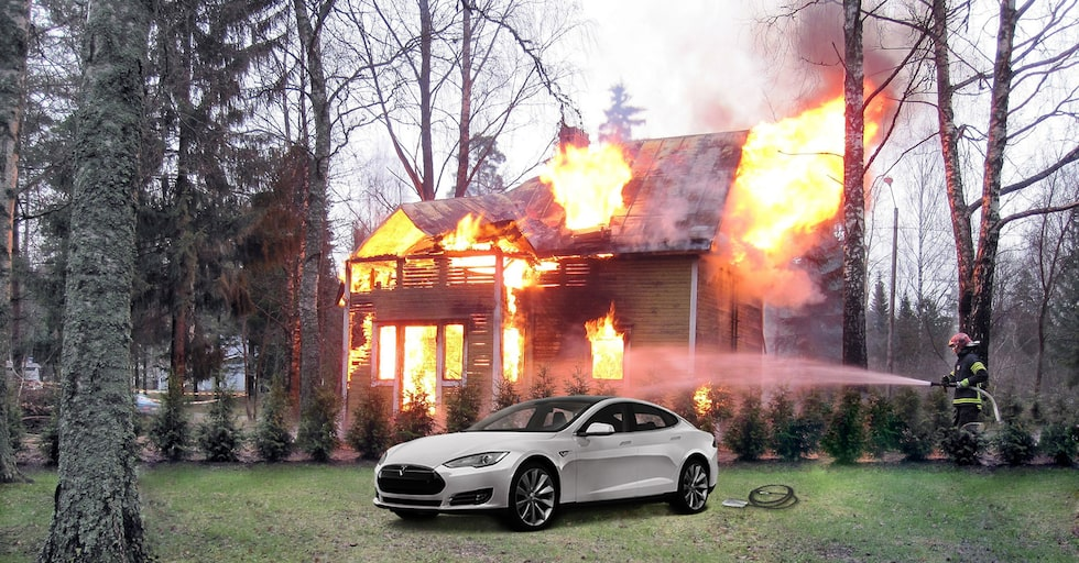 Obs! Bilden är fejk. Tesla Model S på bilden har inget med branden att göra.