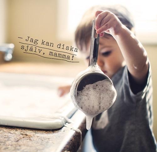 Låt mini leka med vatten medan du lagar maten.