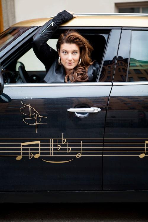 """Livet blev enklare när Sarah skaffade körkort och bil. """"Min egen-designade Mini Cooper i svart och guld är verkligen ett älsklingsställe, min bas. Ofta kör jag till gig eller möten i Stockholms alla stadsdelar på en och samma dag."""""""