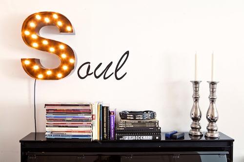 På väggen ett lysande S från Cirkuslampan.se, kombinerade med bokstavsstickers från Skyltbutiken. Sidobordet är från favoritbutiken Cheeky monkey.