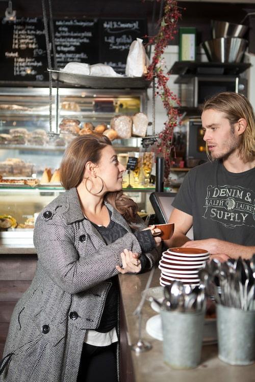 """Mellqvists personal har blivit familj för Sarah. """"Deras kaffe är magiskt och personalen fantastisk, de blev kärleksfullt sura när jag köpte en egen kaffemaskin."""""""