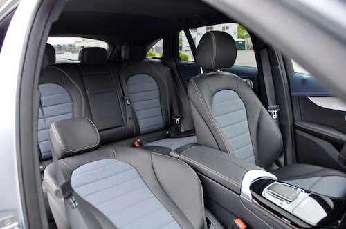 Inredningen skiljer måttligt från övriga Mercedes, EQC är konventionellt utförd i kupén.