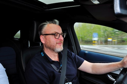 Mercedes EQC 400 4Matic rör sig väldigt mycket som en vanlig konventionell Mercedes på vägen.