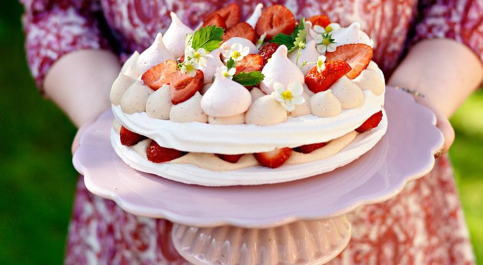 Recept på maräng- och jordgubbstårta med röd apelsinmousse och lime.