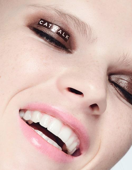 Bas: Concealer med ekologiska oljor, Un cover-up i nyans 22, 385 kr, Rms Beauty/ naturligtsnygg. se. Ögon: Kajal Natural kajal i nyans Brown, 43 kr, Benecos.MascaraPhyto-pigments ultra-natural mascara, 280 kr, Juice Beauty.Läppar:Läppbalsam Lip tint i nyans I do, 295 kr, The Beauty Archive/thebeautyarchive.se.