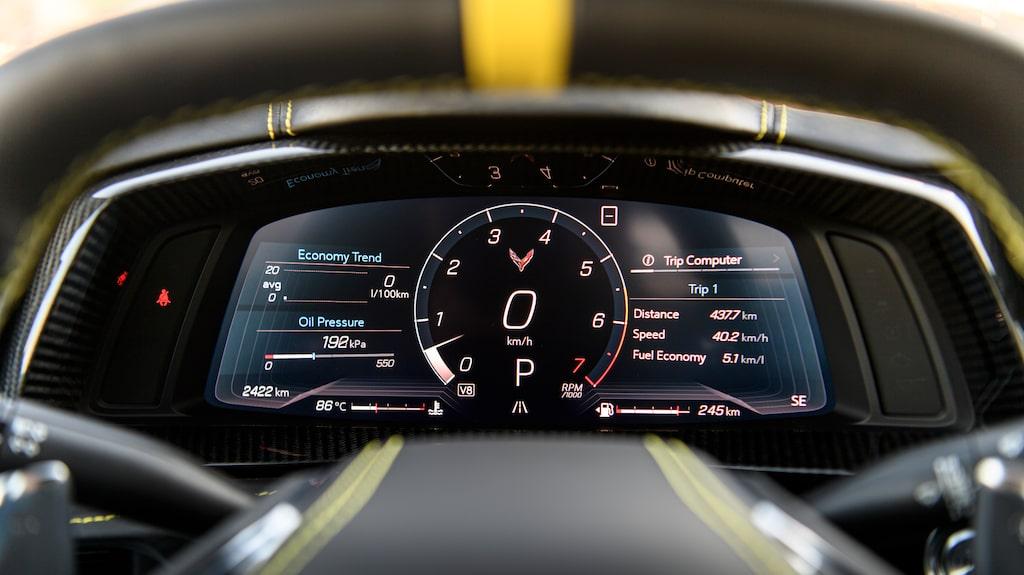 Digitala mätarklustret kan ställas in enligt flera olika utseenden, här med varvräknaren i mitten, som det ska vara i en sportbil av kaliber.