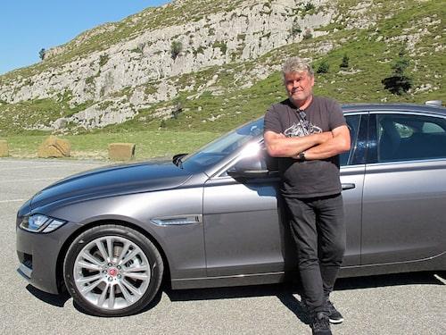 Samma färg på håret som på bilen. Silvergrå.