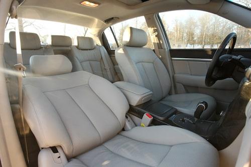 Soffan bak är rymlig och limousine-bekväm, separat sätesvärme är en lyxig detalj.