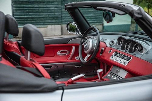Röd inredning är inte för alla, men i en silverfärgad Z8 passar det utmärkt!