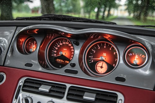 Instrumenteringen är centrerad för att inte skymma sikten framåt, precis som i gamla tiders sportvagnar.