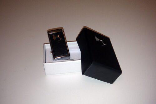 USB-minne Citroën DS. Storlek: 4 GB. Stilrent minne med tyngd. I metall med läderimitation och DS-logotypen.