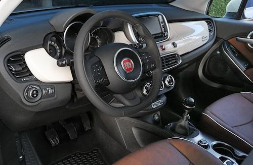 Många knappar på den tjocka och inte så greppvänliga ratten.